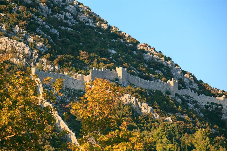 croatia-ston-wall-on-mountain