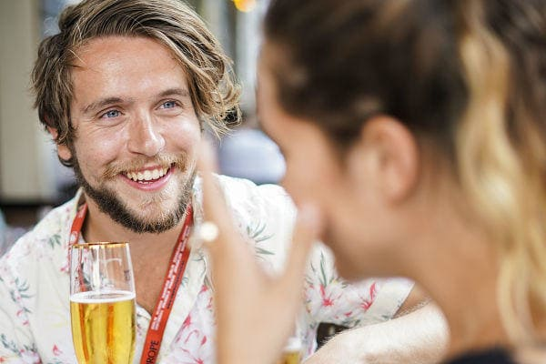 Sandemans Walking Tours | Mann mit Bier in Berlin