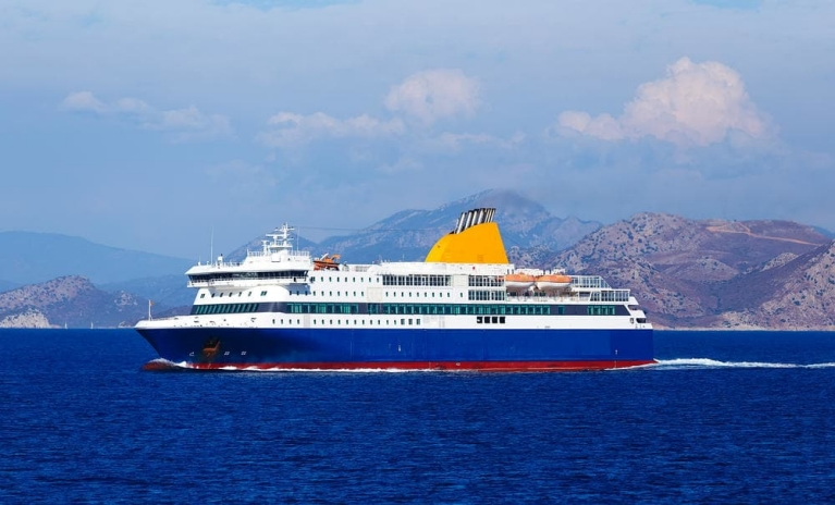 ferry de blue star en mar abierto en Grecia