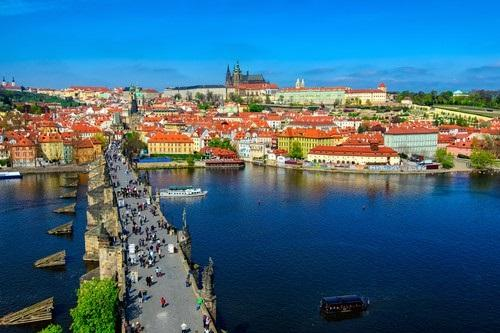 charles_bridge_prague_castle_and_vltava_river