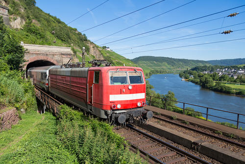 Train sortant d'un tunnel près de la Moselle en Allemagne