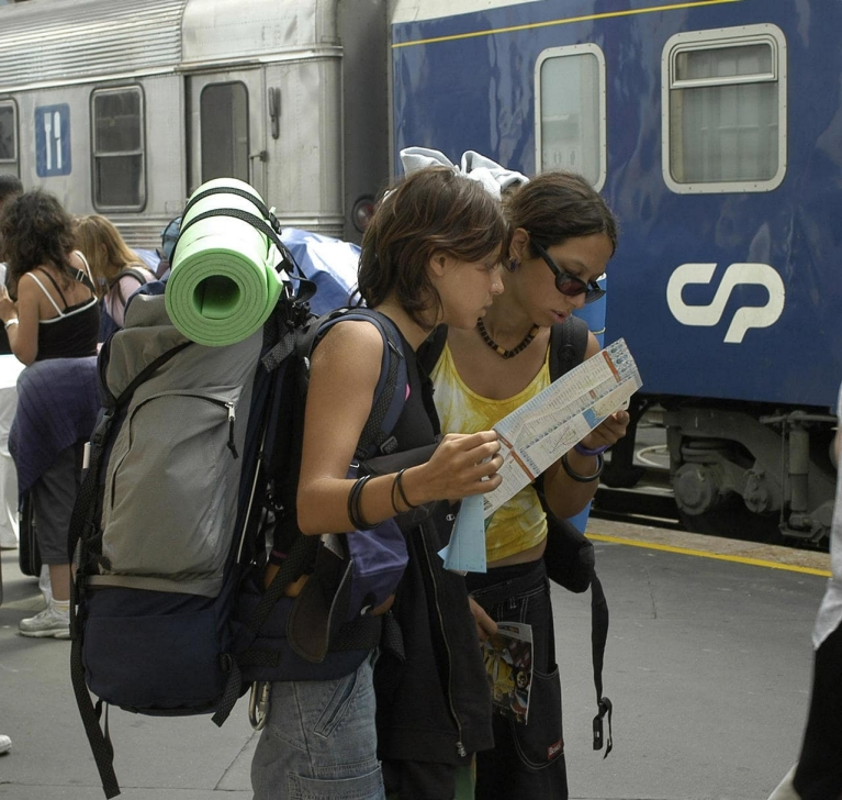 Image of backpackers checking a map on a platform at a Portuguese station