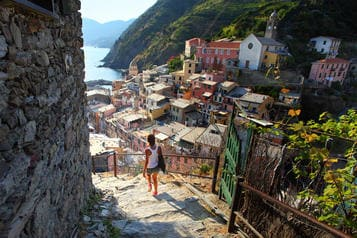 walking_down_the_stairs_of_vernazza_town