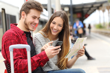 mobile-pass-couple-at-station